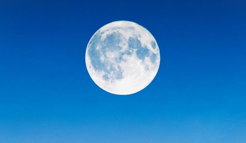 お盆の満月